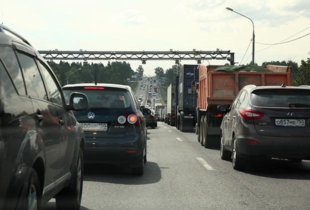 {Грузопоток на отдельных участках А-107 достигает 25-30 тысяч автомобилей в сутки. Фото: Павел Орлов}
