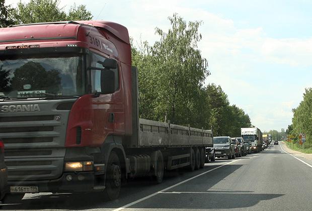 {Пикового же аншлага движение достигает в выходные и праздничные дни, когда грузовиков меньше, зато очень много легкового автотранспорта. Фото: Павел Орлов}