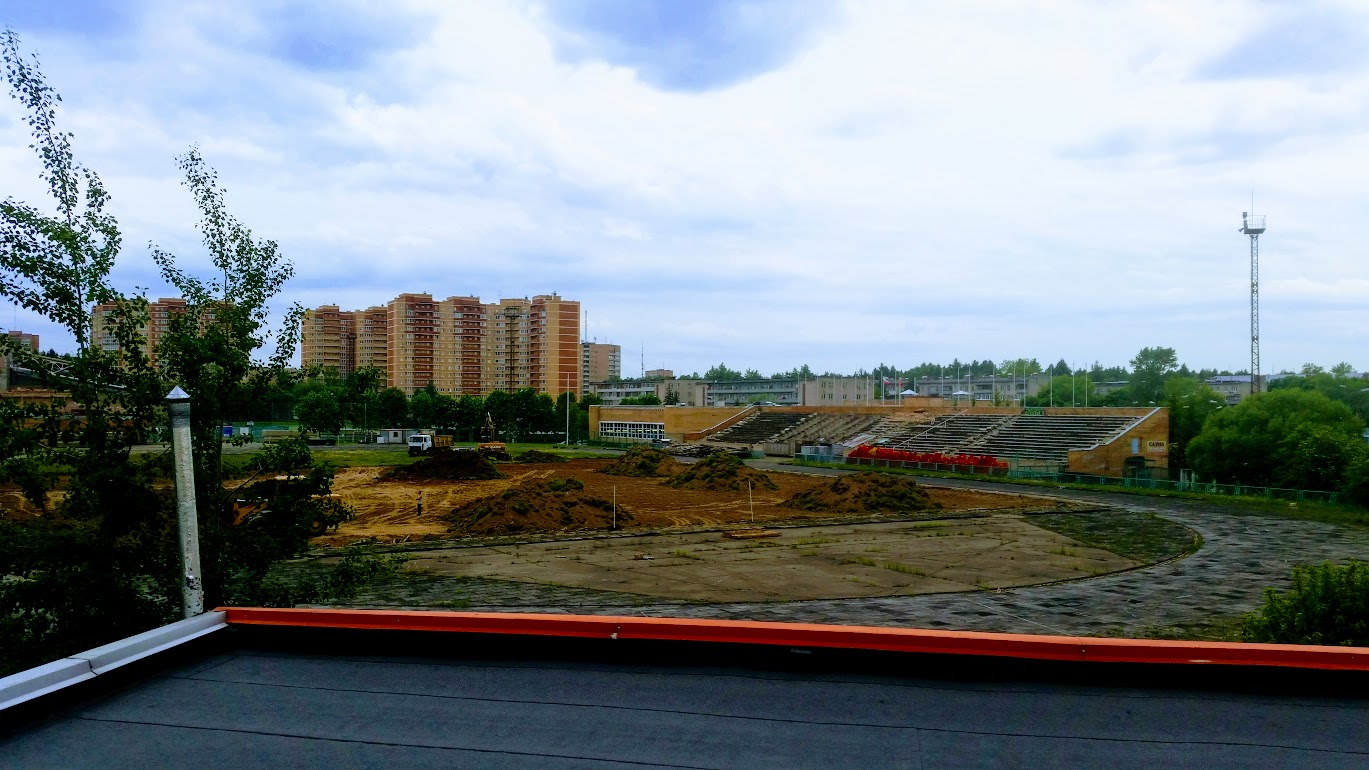 На стадионе «Строитель» сняли газонное покрытие