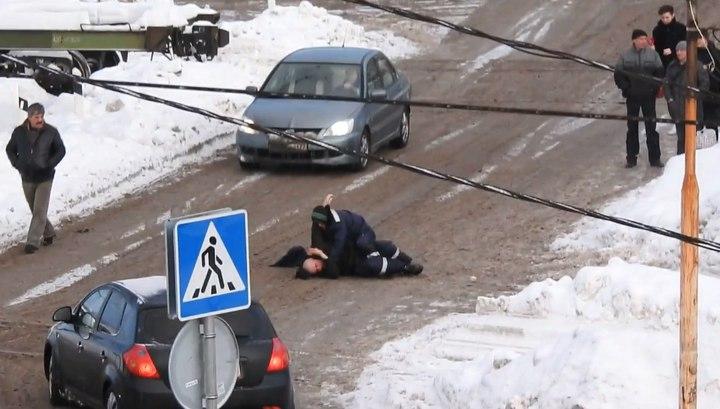 Дорожные рабочие превратили в ринг проезжую часть в Селятино