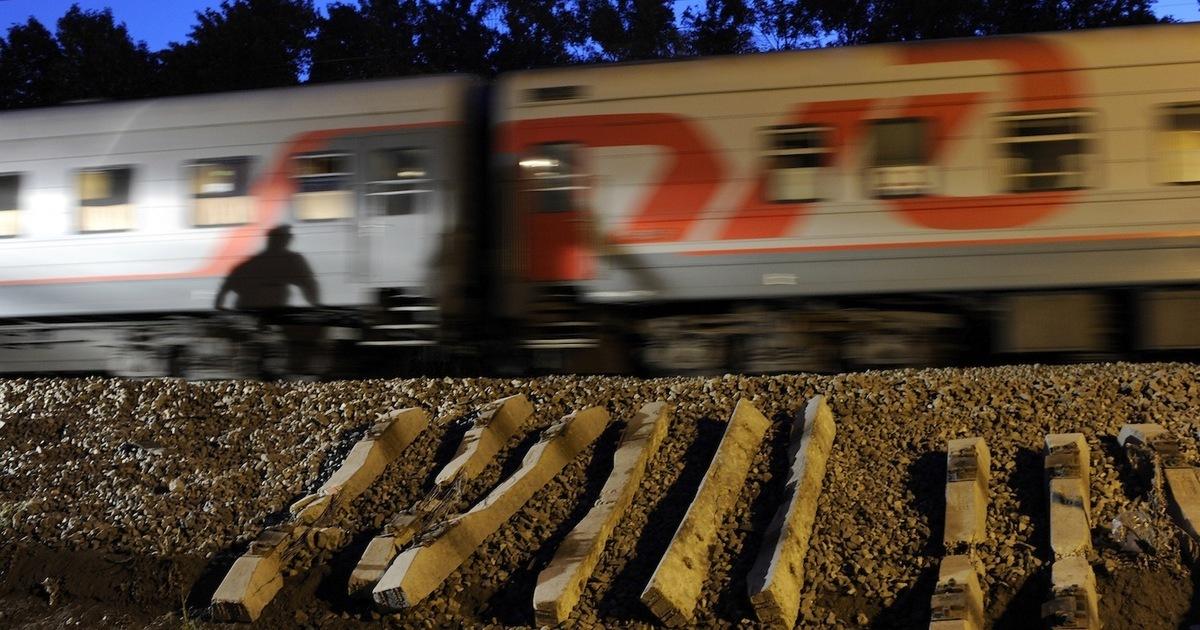 Два человека погибли под колесами поезда в районе станции Селятино