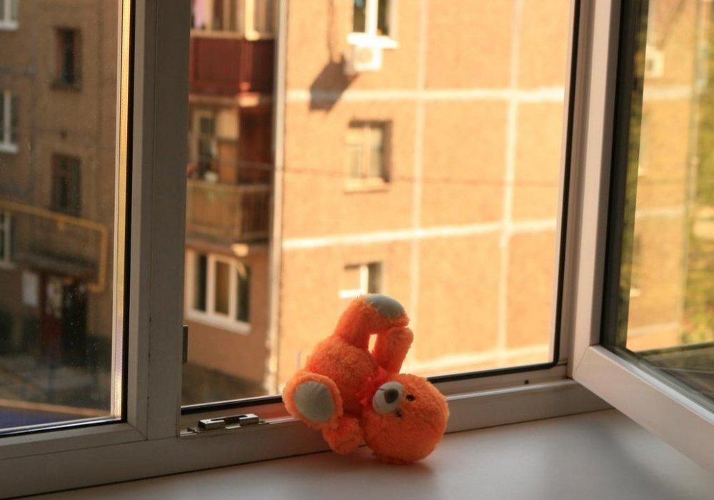 В Селятино ребенок  выпал из окна